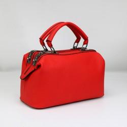 Czerwony skórzany kuferek z solidnymi rączkamioraz dodatkowym długim paskiem. -