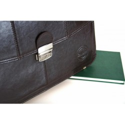 Pojemna męska skórzana teczka na dokumenty w kolorze czarnym lub brązowym zamykana na kluczyk. Wykonana przez polskich r