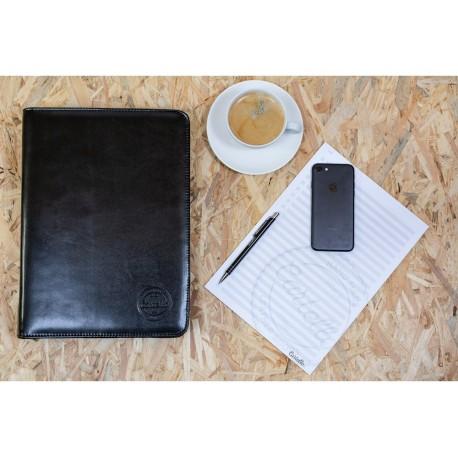 Elegancka i pojemna aktówka - biwuar na dokumenty wykonany z skóry naturalnej w kolorze czarnym. Aktówka pomieści dokume