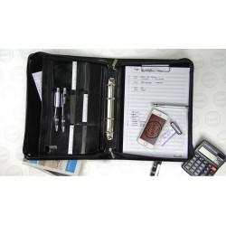 Elegancka i pojemna aktówka - biwuar na dokumenty wykonany z skóryekologicznej w kolorze czarnym z ringiem na koszulki.