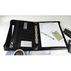 Elegancka i pojemna aktówka - biwuar na dokumenty wykonany z skóryekologicznym w kolorze czarnym lub wiśniowym. Aktówka