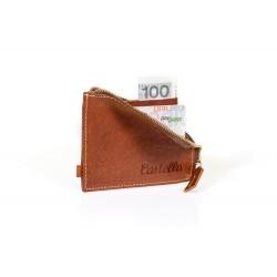 Klasyczny ponadczasowy portfel męski wykonany z wytrzymałej skóry naturalnej. Posiada aż czternaście miejsca na karty, z