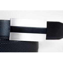 Wyjątkowy skórzany pasek męski wykonany z skóry licowej z tłoczeniem w kolorze czarnym. Idealny do eleganckiego stroju c