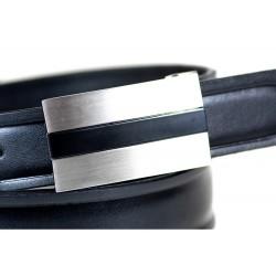 Klasycznyskórzany pasek męski wykonany z skóry licowej z tłoczeniem w kolorze czarnym. Idealny do eleganckiego stroju c
