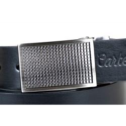Czarny elegancki skórzany pasek z pełną klamrą i tłoczonym logo. Szerokość paska idealnie pasuje do szlufek od jeansów i