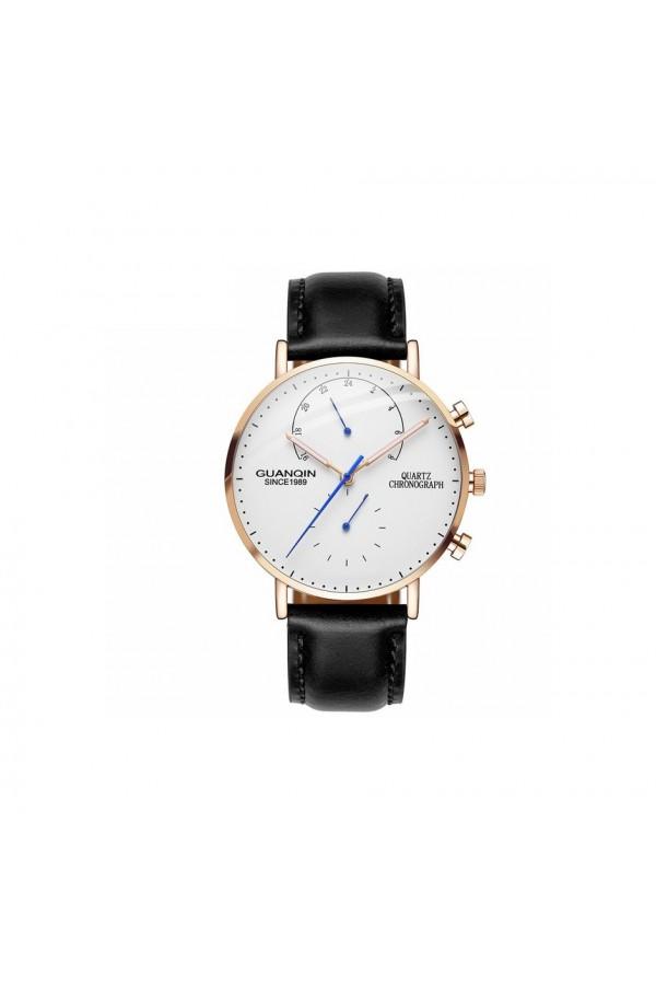 Klasyczny zegarek męski na pasku skórzanymoraz zmałymi tarczami. -