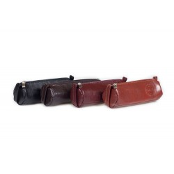 Okrągły w formie tuby piórnik skórzany zamykany na zamekkolorze czarnym, beżowym, wiśniowym, czerwonym oraz brązowym. P