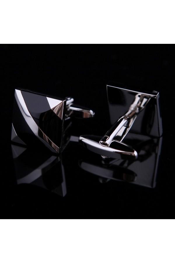 Klasyczne połyskliwe eleganckie spinki do mankietów. -