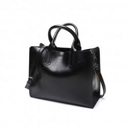 Czarna torba damska skórzana z solidnymi przeszyciami i zapięciami. -