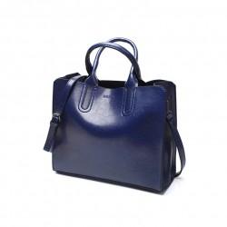 Niebieska torba damska skórzana z solidnymi przeszyciami i zapięciami. -