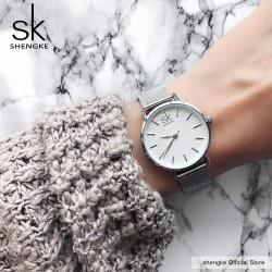 Damski zegarek na srebrnej bransolecie typu mesh zbiałą stylową tarczą. -