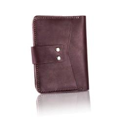 Wykonany z skóry naturalnej w kolorze czarnym lub brązowym męski portfel, który charakteryzuje się niewielkim rozmiarem.