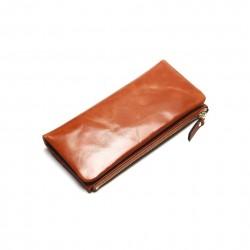 Wykonany z skóry naturalnej wyjątkowy portfel damski w kolorzebrązowym. -