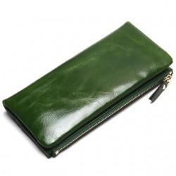 Wykonany z skóry naturalnej wyjątkowy portfel damski w kolorzezielonym. -