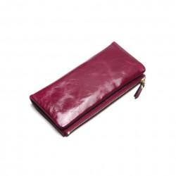 Wykonany z skóry naturalnej wyjątkowy portfel damski w kolorzeróżowym. -