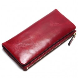 Wykonany z skóry naturalnej wyjątkowy portfel damski w kolorzeczerwonym. -