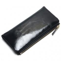 Wykonany z skóry naturalnej wyjątkowy portfel damski w kolorzeczarnym. -