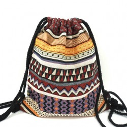 Damski pleciony plecakna sznurkach z wzorembohemianto wyjątkowy i unikalny dodatek każdej stylizacji. -