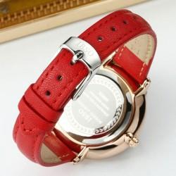 Damski zegarek na pasku z tarczą i skórzanym paskiem w kolorzeczerwonym oraz kopertą w kolorze złotym. -