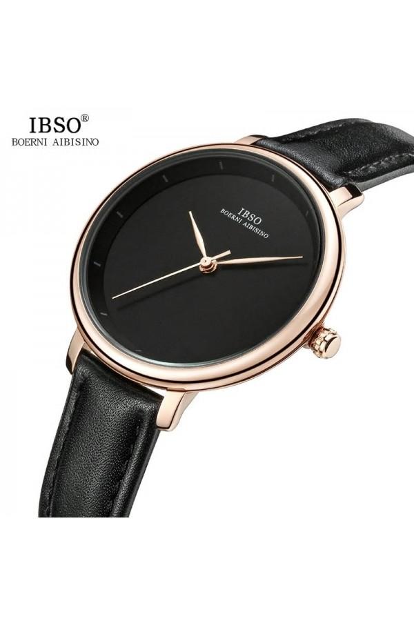 Na każdą okazję damski zegarek na pasku z tarczą i skórzanym paskiem w kolorzeczarnym oraz kopertą w kolorze złotym. -