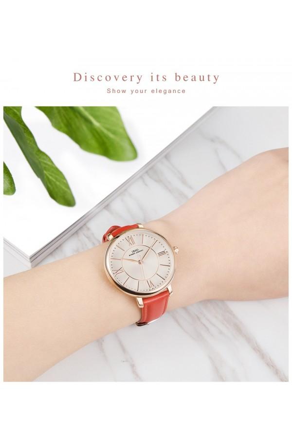 Elegancki damski zegarek na pasku z tarczą i skórzanym paskiem w kolorzeczerwony oraz kopertą w kolorze złotym. -