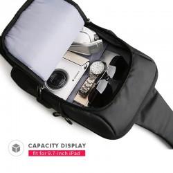 Czarny wygodny plecak na jedno ramię, który pomoże przenieść Ci w mieście portfel telefon i klucze nie wypychając kiesze
