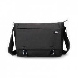 Czarna klasyczna torba na laptopa wykonana z wodoodpornego materiału w stylu minimalistycznym. Idealna torba na laptopa