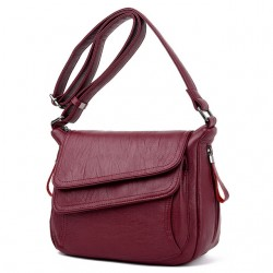 Duża i pojemna listonoszka. Kobieca torebka koloruczerwonego. -