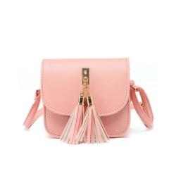 Mini listonoszka z frędzlami w kolorze różowym. -