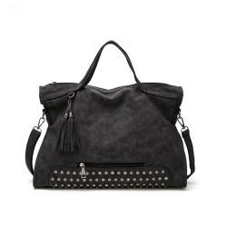 Klasyczna torebka z ćwiekami w kolorze czarnym. -