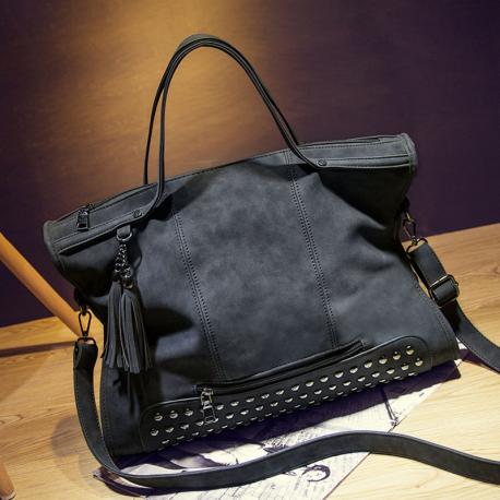 60728c834e793 Klasyczna torebka z ćwiekami w kolorze czarnym.
