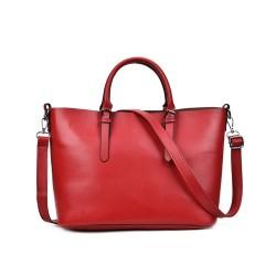 Klasyczna skórzana damska torebka w kolorze czerwonym. -