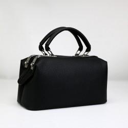 Czarny skórzany kuferek z solidnymi rączkami oraz dodatkowym długim paskiem. -