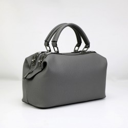 Szary skórzany kuferek z solidnymi rączkami oraz dodatkowym długim paskiem. -