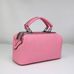 Różowy skórzany kuferek z solidnymi rączkami oraz dodatkowym długim paskiem. -