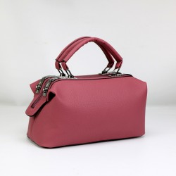 Skórzana torebka typu kuferek z solidnymi rączkami oraz dodatkowym długim paskiem w kolorze brudnego różu. -